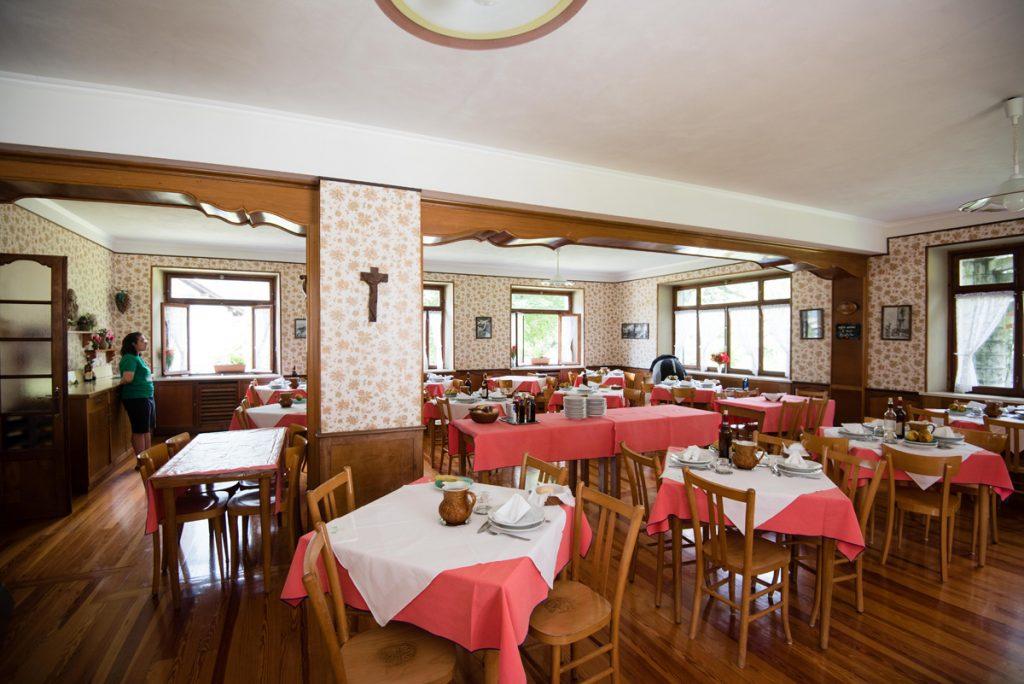 Sala ristorante con tavoli apparecchiati