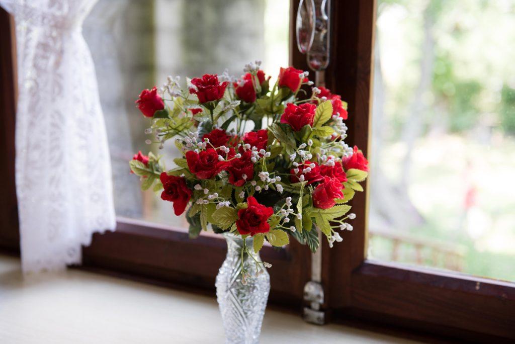vaso con rose sul davanzale