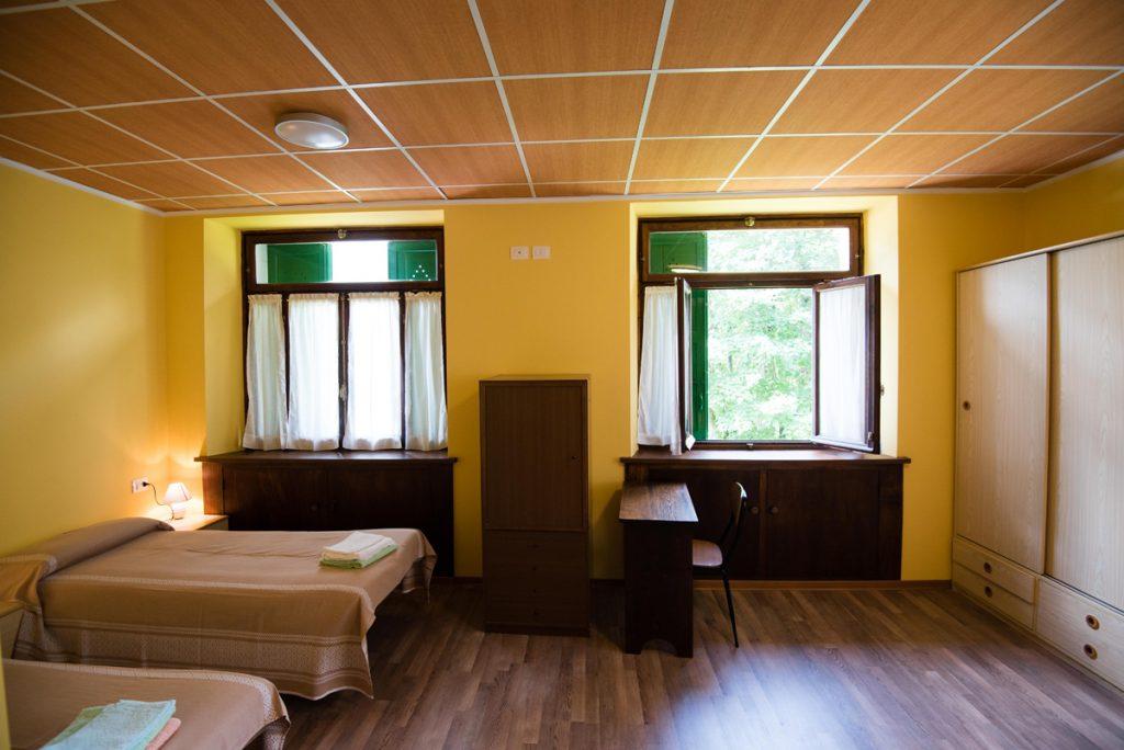 camera con 2 letti e finestre