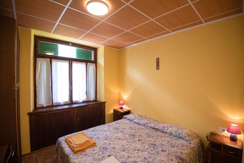 camera con letto matrimoniale e finestra