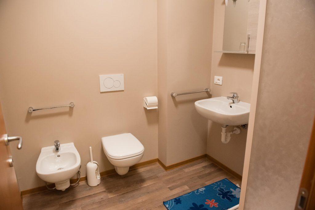 bagno con wc, bidet e lavandino