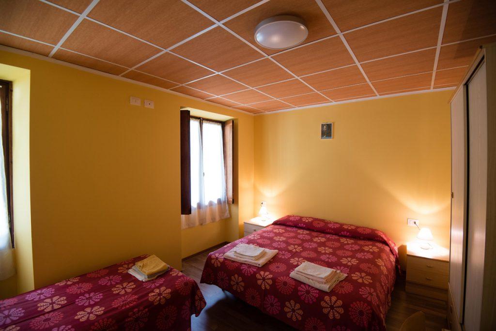 camera con tre letti e finestra