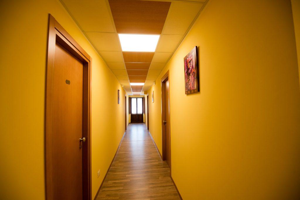 corridoio con pareti gialle