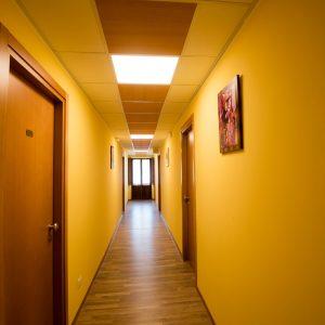 corridoio co porte e pareti gialle