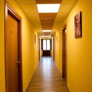 corridoio con porte e pareti gialle