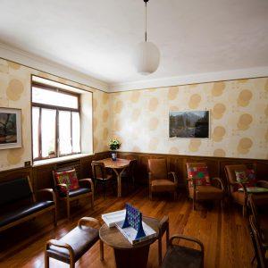 salotto con divanetti, tavolino e finestre
