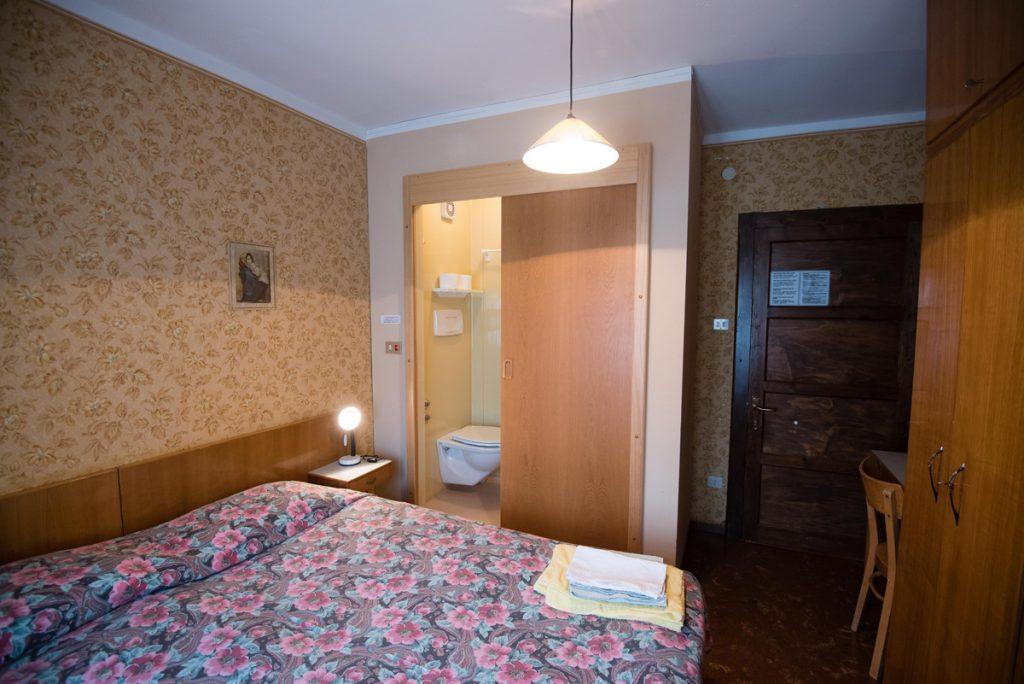 camera con letto matrimoniale e bagno