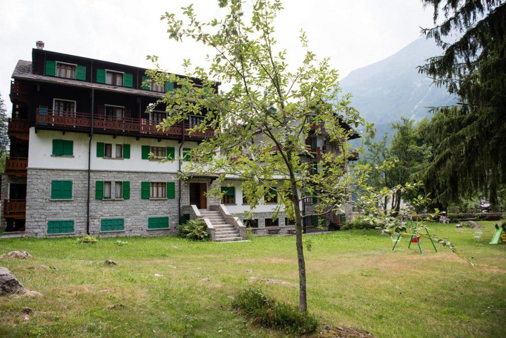 casa con giardino e albero