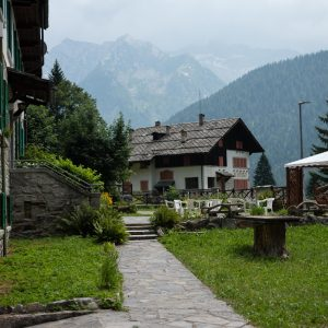 casa con giardino e vista montagne