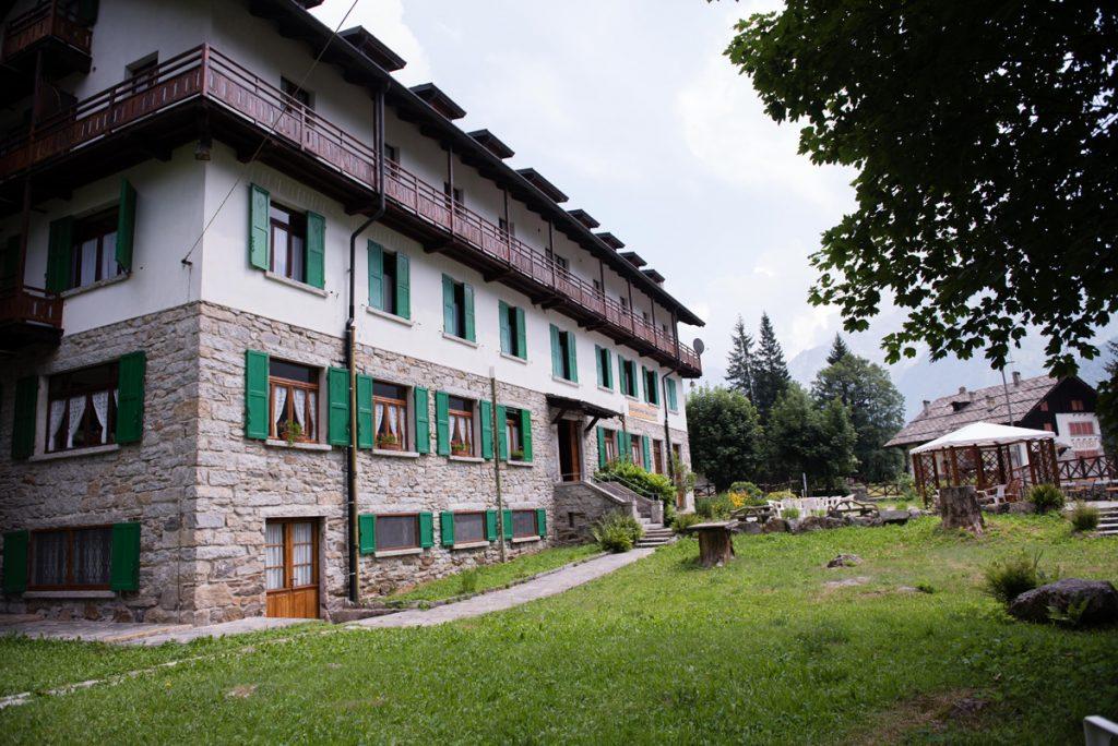 facciata di una casa con gazebo e giardino