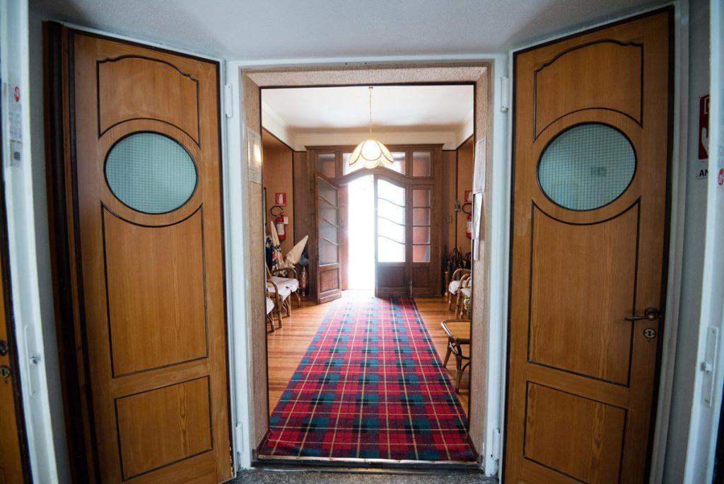 corridoio con porte aperte e tappeto