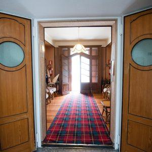 Corridoio con tappeto e porte