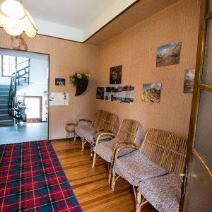 reception con sedie e tappeto