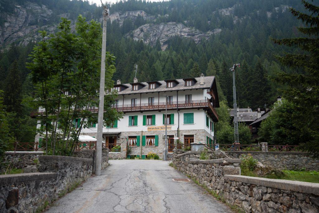 casa con stradina e montagna